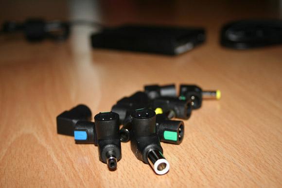 Verschiedene Adapterstücke des Ladegerätes von Kensington